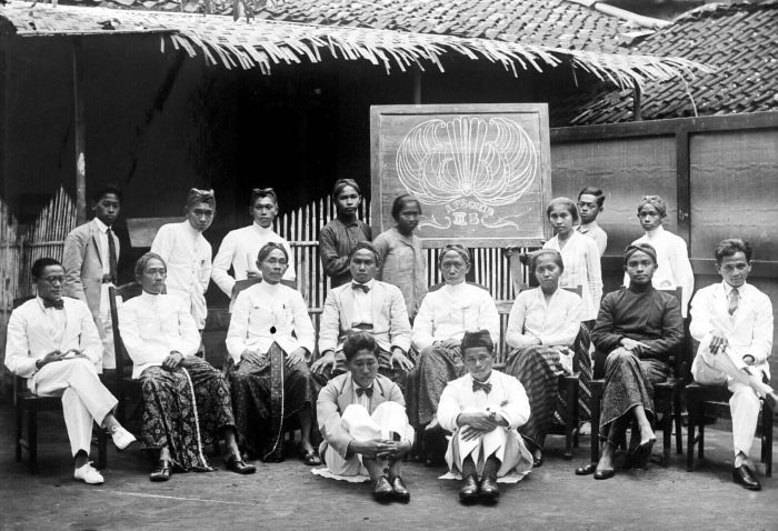 This is a photograph of the teachers at the Taman Siswa school in Jogjakarta and is made available by the Tropenmuseum, part of the National Museum of World Cultures under a CC BY-SA 3.0 license.